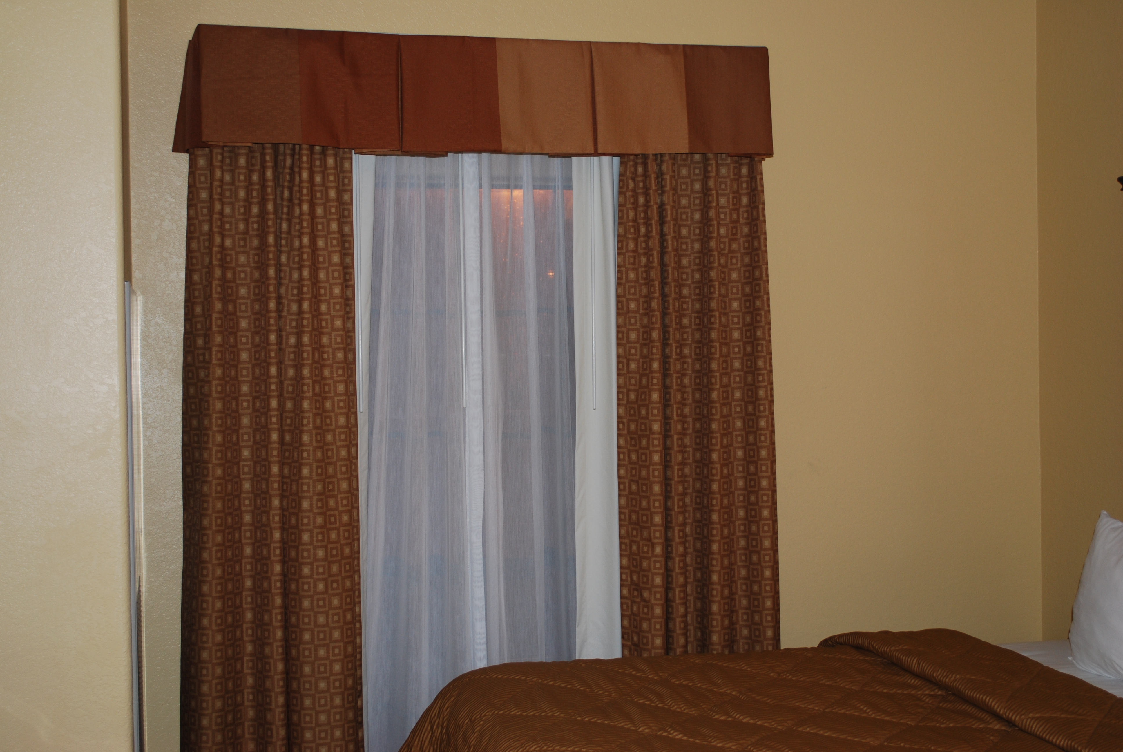 Brown curtains in bedroom - Hotel Room Blackouts And Sheers Using 84004 Track
